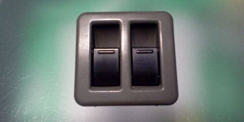1992-2003 Suzuki Swift - Elektromos ablakemelő kapcsoló és keret Kézifék mögött a kézifék boxon. A 2 kapcsoló a műanyag kerettel együtt. 10000Ft